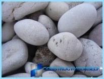 Ogrodzenia wykonane z kamienia z rękami