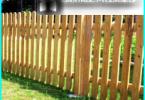Drewniane pikieta ogrodzenia z rękami: na zarządzanie budową